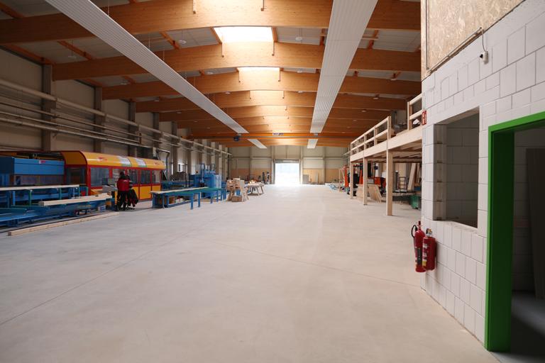 Die produktionshalle von ECO-TIMBER von innen. Zusehen ist die K2 Industry von Hundegger